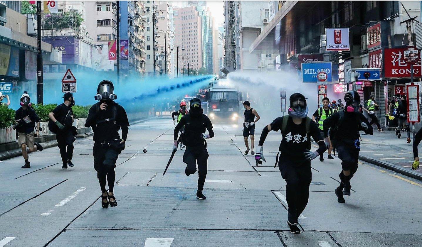 奔跑在鎮暴水車前的香港人