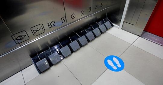 不用手! 電梯腳踏板