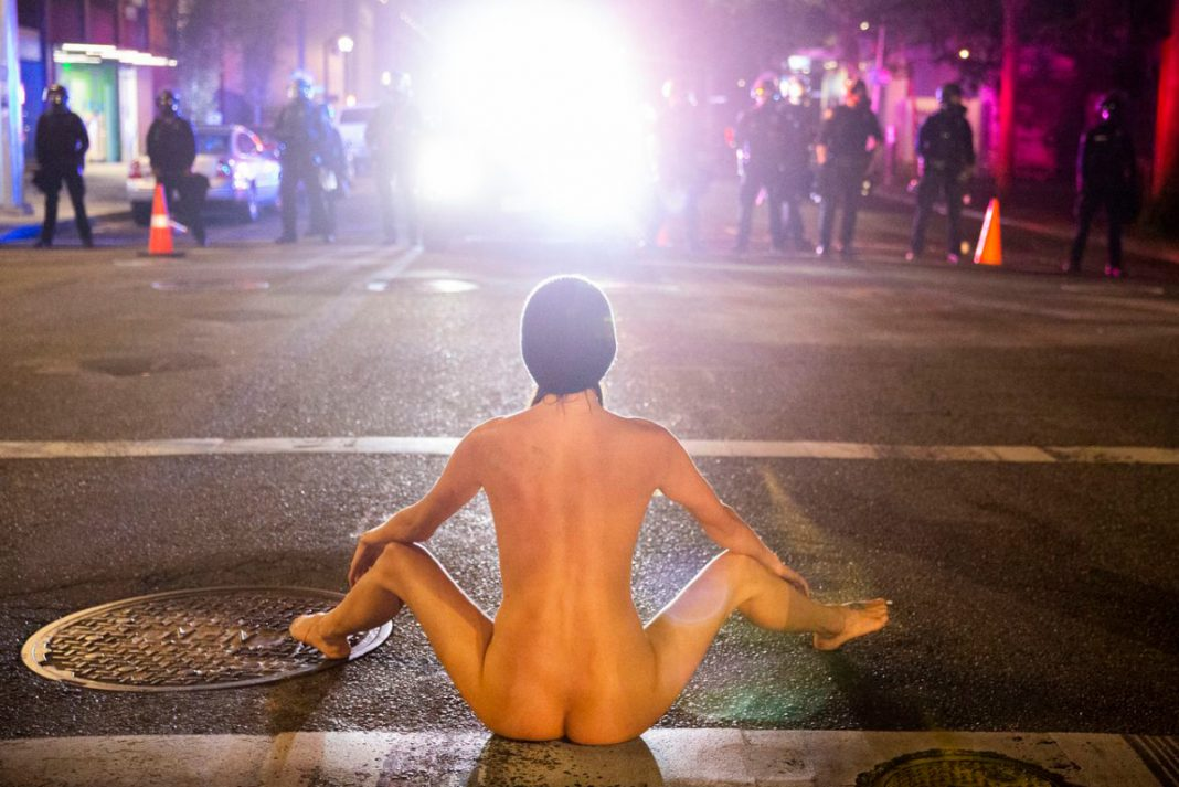 抗爭中的裸體雅典娜