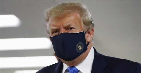 川普終戴口罩 樹立公衛典範