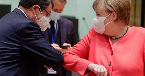 擊肘打招呼 歐盟領袖另類展開峰會